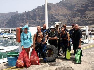 customers-and-staff-of-los-gigantes-diving-centre