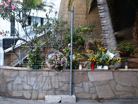 floral-tributes-to-those-who-died-los-gigantes